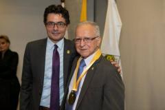 """Dr. Alejandro Gaviria Uribe, Ministro de Salud y Protección Social en compañía del Dr. Fabio Sánchez Escobar, """"Medalla de Oro"""""""