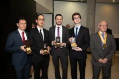 Estudiantes y profesores homenajeados, en compañía del Dr. Fabio Sánchez (Derecha). De izquierda a derecha, Dr. José Darío Rojas Oviedo, Dr. Antonio Carlos Toro Obando, Dr. Carlos Andrés Tobón Quintero y Dr. Andrés Arango Viera.